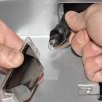 Как заменит перегоревшую лампу подсветки номерного знака Шевроле Круз (седан, универсал)